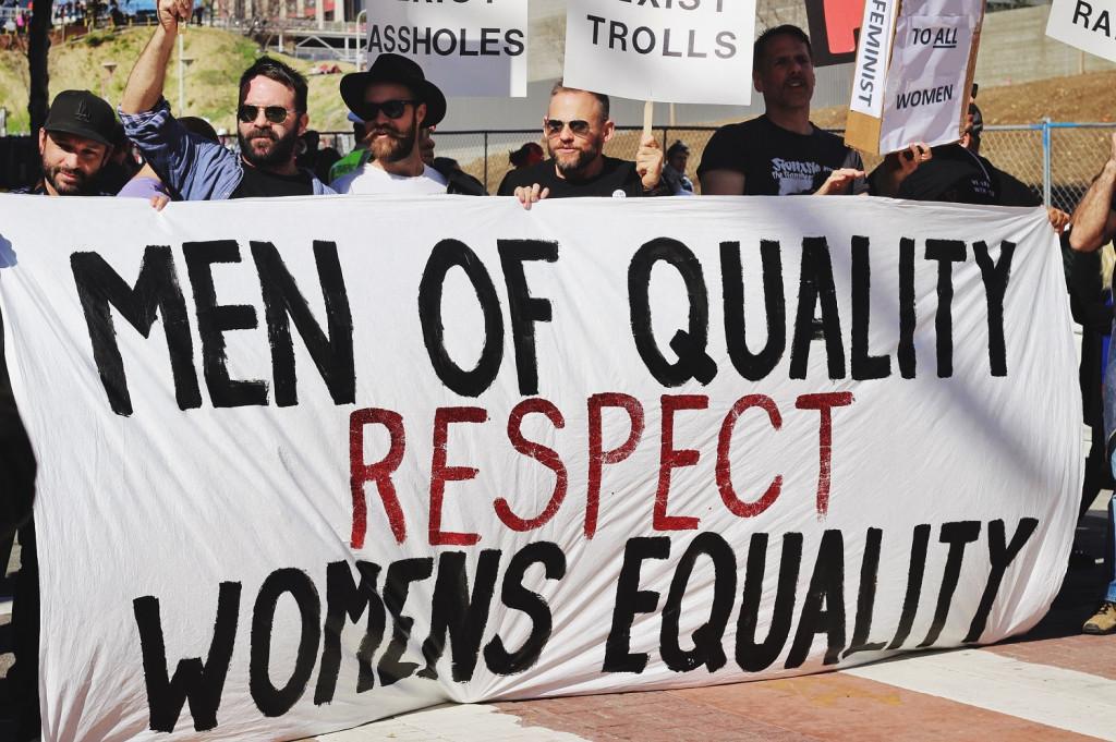 Männer demonstrieren für Frauenrechte.